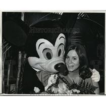 1970 Press Photo Debra Dane at Mickey Mouse at Walt Disney World, Florida