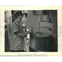 1986 Press Photo Monica Anderson washes fabric in laundry room at Linens Limited