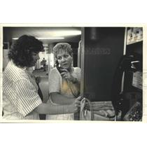 1987 Press Photo Mary Kraus and Patti Hopp, calling relatives, Milwaukee.