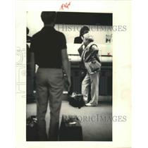 1987 Press Photo Northwest Airlines Passenger Learns Her Flight is Delayed