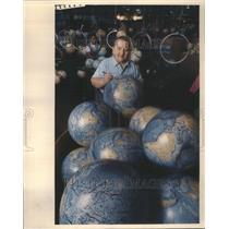 1987 Press Photo Leroy M. Tolman Cartographer Globes - RRU81127