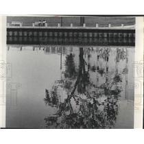 1977 Press Photo Visitors Sit Near Milwaukee River In Pere Marquette Park