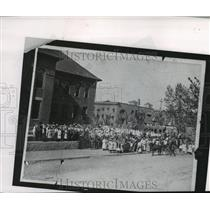 1910 Press Photo Students and Staff Outside Hawthorne School - spa96872