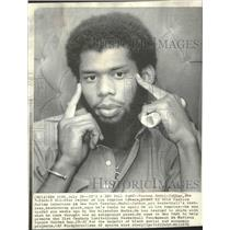 1975 Press Photo Los Angeles Lakers Kareem Abdul-Jabbar Poses in NY Interview