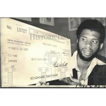 1976 Press Photo Los Angeles Lakers Kareem Ab0dul-Jabbar Wins $10,000