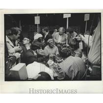 1978 Press Photo Denver Broncos Lyle Alzado Talking to Reporters - nos03852