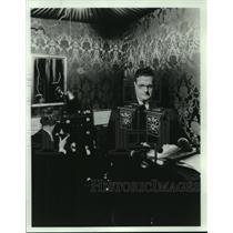 1931 Press Photo Milton J. Cross, narrating Metropolitan Opera for radio
