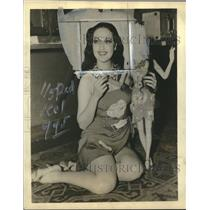 1939 Press Photo Dorothy Lamour Poses With A Marionette Replica Of Herself