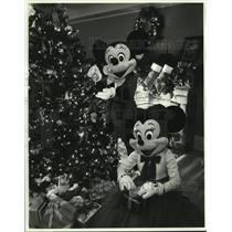 1989 Press Photo Mickey Mouse and Minnie trim the Christmas tree - hcx10624
