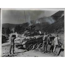 1950 Press Photo American tank hurls shells at North Korean held Ridge
