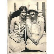 1927 Press Photo Mrs Bert Acosta,Mrs George Horville learn plane America landed