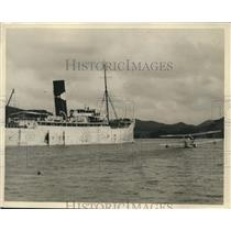1928 Press Photo R.A. Halliburton Passes Ship in a Seaplane on the Panama Canal