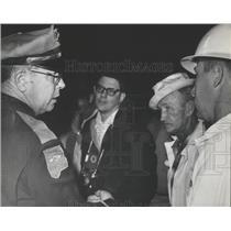 1966 Press Photo Alabama Trooper discusses Ryan DeGraffenried plane crash search