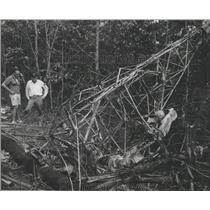 1970 Press Photo Climbers Examine Burned Plane Frame in Alabama - abna10222
