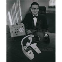 1970 Press Photo Arthur Runft of the Skyphone division of Litton industries.