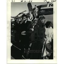 1979 Press Photo Tulane's Marvin Christian disembarks Plane to Crowd - nos06153