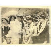 Press Photo Lt.Commander Knefler McGinnis greeted at Pearl Harbor Honolulu