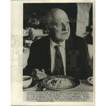 1968 Press Photo Lars Onsager of Yale University, eats breakfast Pasadena Calif.