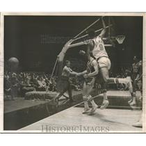1970 Press Photo Dave Stallworth of Knicks looses a ball during 2nd period