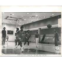 1971 Press Photo Earl Monroe chasing the ball in one of Knicks game practices