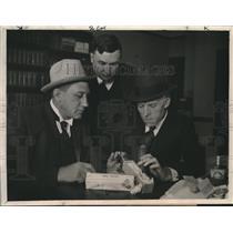 1923 Press Photo Three Local San Francisco Investigators Examine Deadly Bomb