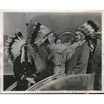 1940 Press Photo Cherokee Indians induct John McKenzie into the Cherokee Tribe