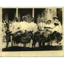 1910 Press Photo U.S. officials barter with a Haitian native during their visit