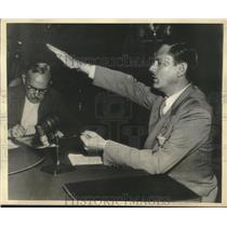 1936 Press Photo Dies Committee Investigator John Metcalfe demonstrates salute