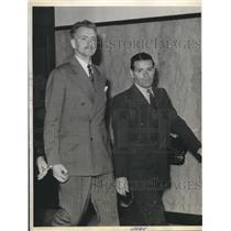 1943 Press Photo Theodore Donay convicted for treason handcuffed with a marshall