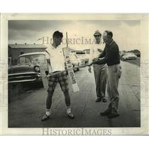 1964 Press Photo Stephen Jones holds model plane while Osce Jones winds motor