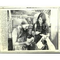1971 Press Photo Susie Drucker at Kennedy International Airport Money Exchange