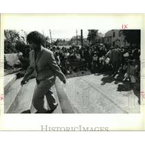 1995 Press Photo Civil Rights Activist Ruby Bridges Walks Up Steps of Her School