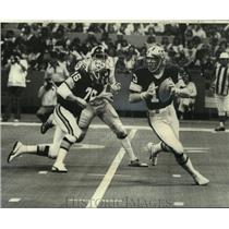 1976 Press Photo Saints football quaterback, Bobby Douglas, in action