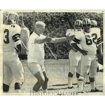 1968 Press Photo New Orleans Saints football coach Brad Ecklund trains players