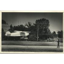 1988 Press Photo Steve Wittman flies airplane to cut ribbon in Oshkosh