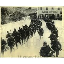 """1935 Press Photo Italian Soldiers March to """"Battle"""" in Winding Brenner Pass"""