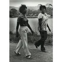 1980 Press Photo Patsy Davis and Janie Manley on path at East Lake, Alabama