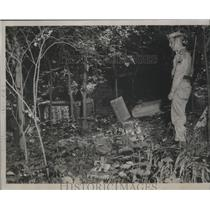 1954 Press Photo Corporal Sylvester Bowman of Sylacauga cleans up Crime Litter
