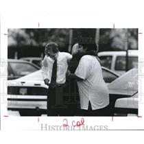 1991 Press Photo Employees of Continental Airlines Houston Headquarters Embrace.