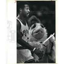 1984 Press Photo San Antonio Spurs basketball player Gene Banks with The Chicken