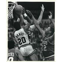 1985 Press Photo San Antonio Spur Gene Banks shoots against the 76ers