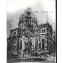 1899 Press Photo Works pose during construction of Saint Josaphat's Basilica.