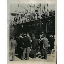 1938 Press Photo Natives loading the Italian Ship Aventino of Naples at Tunis