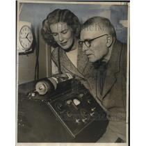 1949 Press Photo New Zealand Editor Oliver Duff and His Wife Watch a Telefoto