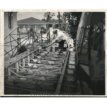 1969 Press Photo Mrs. Richard Meek watches husband construct a homemade aircraft