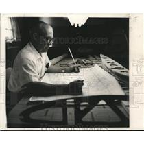 1969 Press Photo S. Ellsworth Sims studying blueprint for his homemade plane