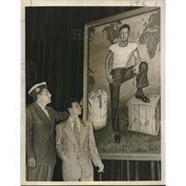"1950 Press Photo Worth Ellsworth presents ""Kilroy"" to VFW at San Francisco."