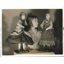 1941 Press Photo Little girls with her cherished dolls - hca17537