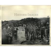 1935 Press Photo Italian troops wash clothes in stream near Makale - nem53773