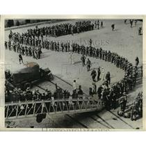 1935 Press Photo Italian Soldiers boarding a troop ship at Naples to Africa